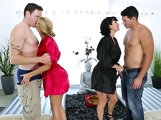 Depraved Cougar Veronica Avluv Is So Into Exotic Synchronous Fuck In Rubdown Salon